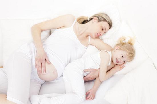 Dormire Con Cuscino In Mezzo Alle Gambe.La Posizione Migliore Per Dormire In Gravidanza Periodofertile It