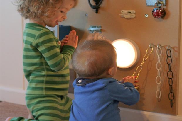 Giochi sensoriali per bambini 10 idee fai da te da costruire for Giochi di societa fai da te