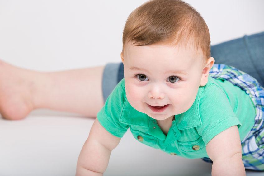 el niño de 8 meses