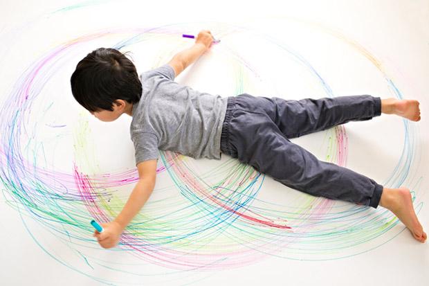 bambino-che-gioca-con-matite