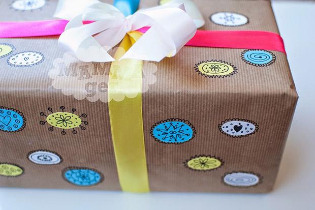 pacchetto-regalo-bambini-con-disegni-a-mano