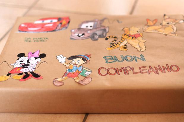 pacchetto-regalo-bambini-con-personaggi-incollati