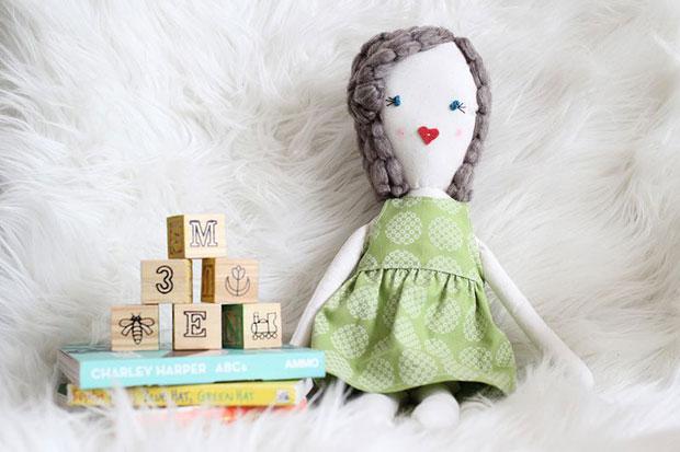 Bambole di pezza per bambini 6 idee fai da te da for Casa delle bambole fai da te